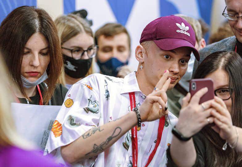 Блогер Даня Милохин во время работы форума