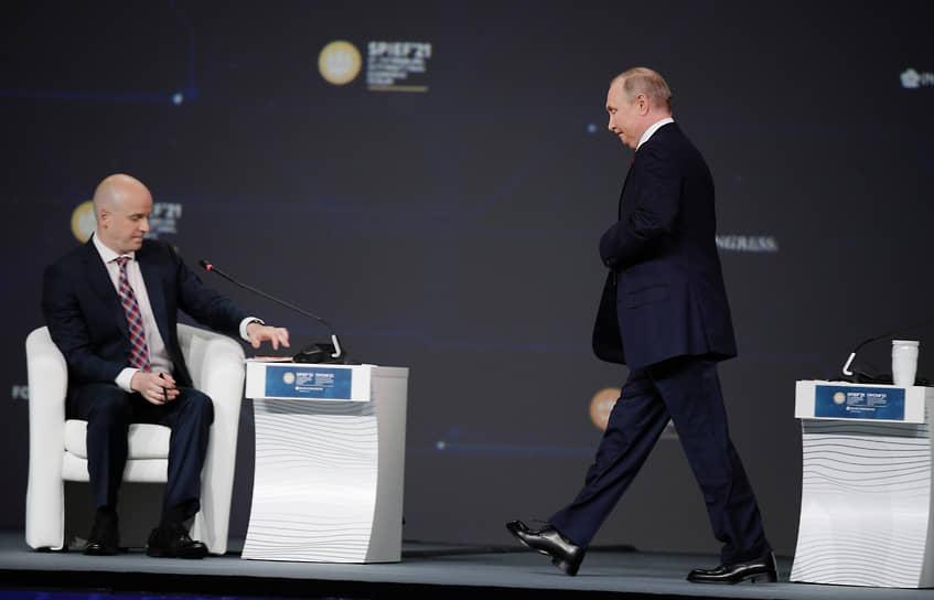 Президент России Владимир Путин (справа) и журналист Станислав Натанзон на пленарном заседании ПМЭФ-2021