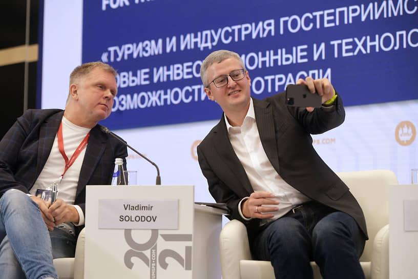 """Специальный корреспондент """"Ъ"""" Андрей Колесников (слева) и губернатор Камчатского края Владимир Солодов"""