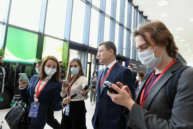 Вице-премьер России Александр Новак (в центре) во время работы форума
