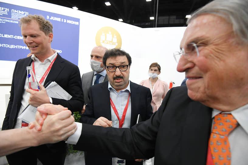 Руководитель ФНС России Даниил Егоров (слева) и ректор РАНХиГС Владимир Мау (в центре) на сессии «Клиентоцентричное государство»
