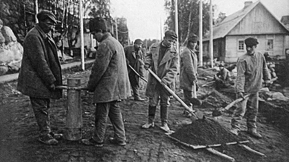 На фото строительство дороги заключенными Соловецкого лагеря. Правозащитники опасаются, что нынешние осужденные могут повторить их судьбу