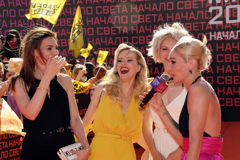 Блогер, телеведущая Анастасия Ивлеева (справа) и участница группы «Фабрика» Ирина Тонева (вторая справа)