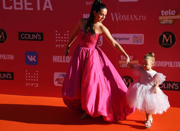 Певица Нюша (Анна Шурочкина) с дочкой