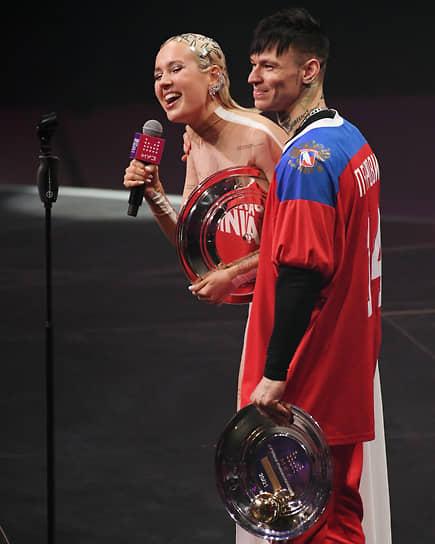 Певица Клава Кока (Клавдия Высокова) и певец Niletto (Данил Прытков), получившие награду в номинации «Лучшая коллаборация»