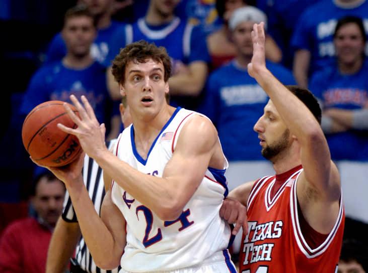 <b>Александр Каун</b> <br>В 16 лет уехал из Томска в США по программе студенческого обмена. Был центровым в школьной команде, а затем в университетской «Канзас Джейхокс». В 2008 году в составе «Джейхокс» стал первым и единственным россиянином, который выиграл титул чемпиона NCAA. В том же году был выбран «Сиэтлом» под 56-м номером на драфте НБА и продан «Кливленду Кавальерс». В НБА стал играть не сразу — 7 лет провел в ЦСКА, с которым 7 раз выигрывал чемпионат России и 5 — Единую лигу ВТБ. В 2015 году подписал контракт с «Кливлендом» и в сезоне 2015/16 вместе с одноклубником Тимофеем Мозговым стал первым россиянином — чемпионом НБА. В сезоне играл в 25 матчах регулярки, проводя на паркете в среднем по 3,8 минуты (набрал 23 очка и сделал 26 подборов). Завершил карьеру в 2016 году