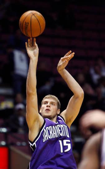 <b>Сергей Моня</b> <br>В 2004 году воспитанник баскетбольной школы саратовского «Автодора», игравший тогда за ЦСКА, был выбран на драфте НБА под 24-м номером клубом «Портленд Трэйл Блэйзерс», в который перешел по окончании чемпионата России по баскетболу 2004/05. В сезоне 2005/06 в составе «Блэйзерс» провел 23 матча (средние показатели: 3,3 очка, 2,2 подбора, 0,7 передачи). Тогда же форвард был обменян в «Сакраменто Кингз», выступил за клуб всего 3 раза, отметившись 2 очками. С 2006 по 2010 год играл за «Динамо». В 2007 году стал чемпионом Европы. Начиная с сезона 2010/11 выступает за подмосковные «Химки», является рекордсменом клуба по числу проведенных матчей