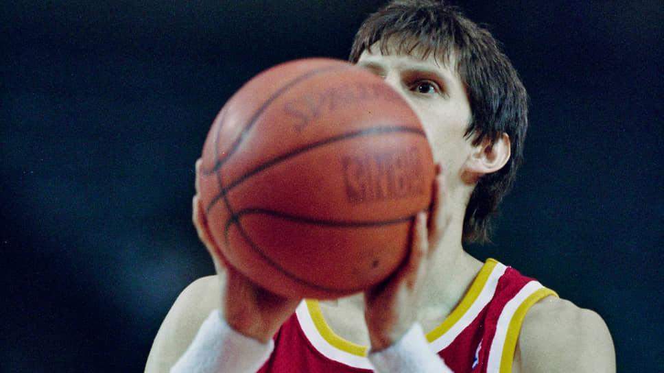 Сергей Базаревич В 1994 году в возрасте 29 лет стал первым россиянином, играющим в НБА. Попал в лигу не через драфт, а посредством заключения контракта с командой «Атланта Хокс». До этого долгое время был лидером сборной России. Привлек внимание НБА проявив себя на чемпионате Европы 1993-го и чемпионате мира 1994 годов. Провел в НБА всего 10 матчей, в которых набрал 30 очков и сделал 14 результативных передач. После недолгого опыта в США играл в Италии, Турции, Греции и России. Считается одним из лучших разыгрывающих защитников в истории отечественного баскетбола. Чемпион СССР (1983, 1984, 1988) и России (1997, 1998). С 2001 года ведет тренерскую деятельность. В 2016 году возглавил мужскую сборную России по баскетболу