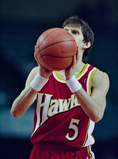 <b>Сергей Базаревич</b> <br>В 1994 году в возрасте 29 лет стал первым россиянином, играющим в НБА. Попал в лигу не через драфт, а посредством заключения контракта с командой «Атланта Хокс». До этого долгое время был лидером сборной России. Привлек внимание НБА проявив себя на чемпионате Европы 1993-го и чемпионате мира 1994 годов. Провел в НБА всего 10 матчей, в которых набрал 30 очков и сделал 14 результативных передач. После недолгого опыта в США играл в Италии, Турции, Греции и России. Считается одним из лучших разыгрывающих защитников в истории отечественного баскетбола. Чемпион СССР (1983, 1984, 1988) и России (1997, 1998). С 2001 года ведет тренерскую деятельность. В 2016 году возглавил мужскую сборную России по баскетболу
