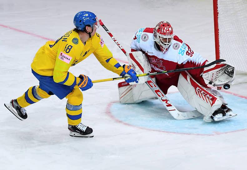 Вратарь сборной Дании Себастьян Дам (справа) и игрок сборной Швеции Виктор Олофссон