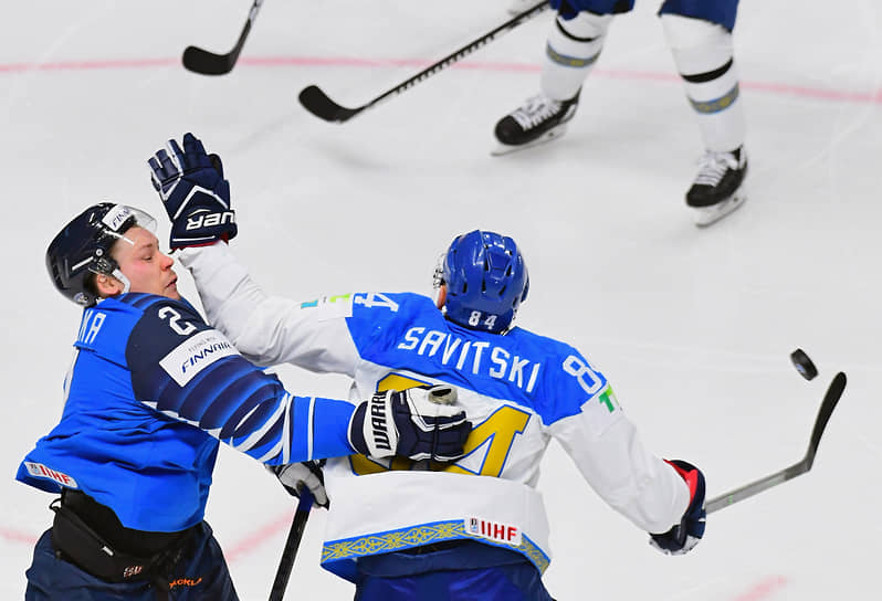 Игрок сборной Финляндии Вилле Покка (слева) и игрок сборной Казахстана Кирилл Савицкий