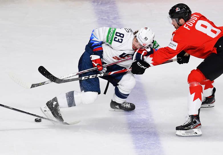 Игрок сборной Канады Лиам Фуди (справа) и игрок сборной США Конор Гарланд во время матча
