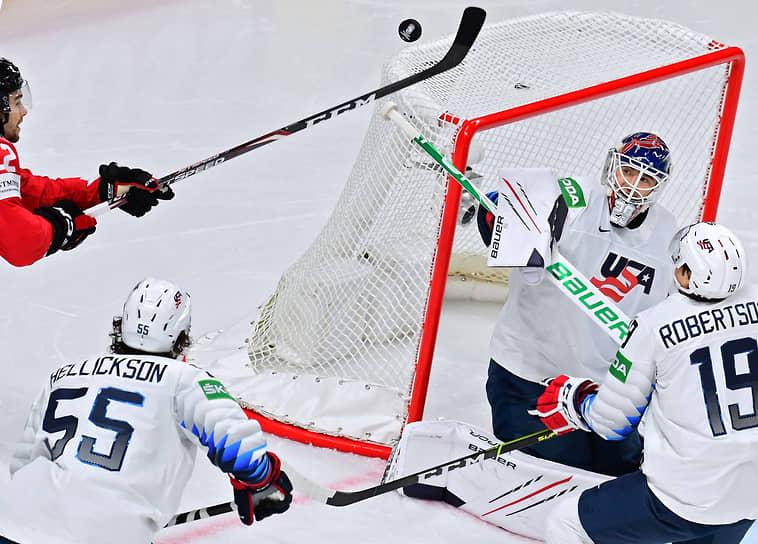 Справа налево: игроки сборной США Джейсон Робертсон, Джейк Эттингер и Мэттью Хелликсон во время матча между сборными командами Канады и США