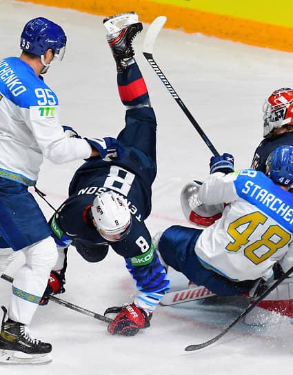 Игрок сборной США Мэтт Теннисон (в центре), игроки сборной Казахстана Дмитрий Шевченко (слева) и Роман Старченко