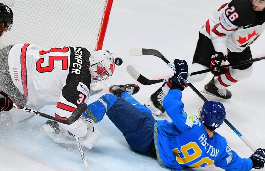 Игроки сборной Канады Дарси Кемпер (слева), Шон Уокер (справа) и игрок сборной Казахстана Алихан Асетов (в центре)