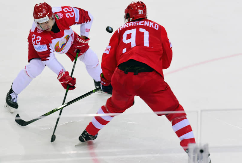 Игрок сборной России Владимир Тарасенко (справа) и игрок сборной Белоруссии Франсис Паре