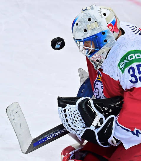 Вратарь сборной Чехии Роман Вилл во время матча между сборными Словакии и Чехии на стадионе Олимпийского спортивного центра