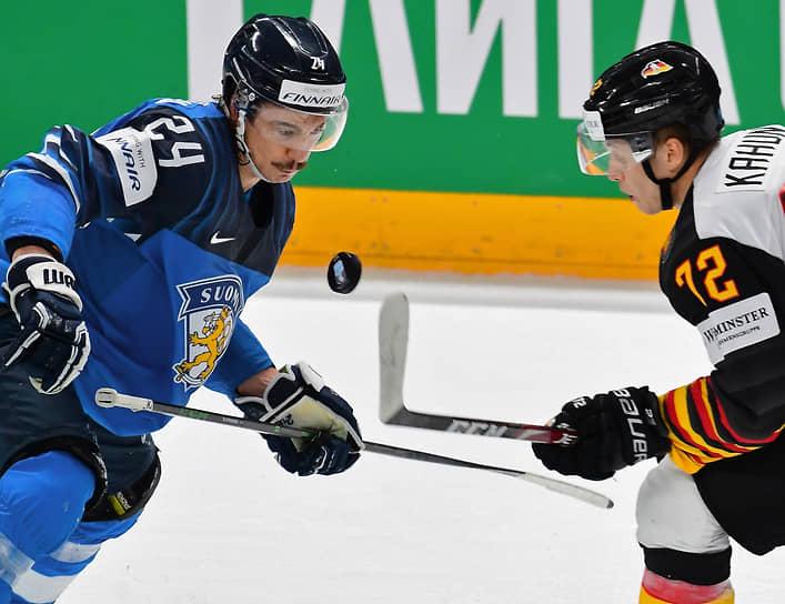 Игрок сборной Финляндии Ханнес Бьернинен (слева) и игрок сборной Германии Доминик Кагун во время полуфинального матча