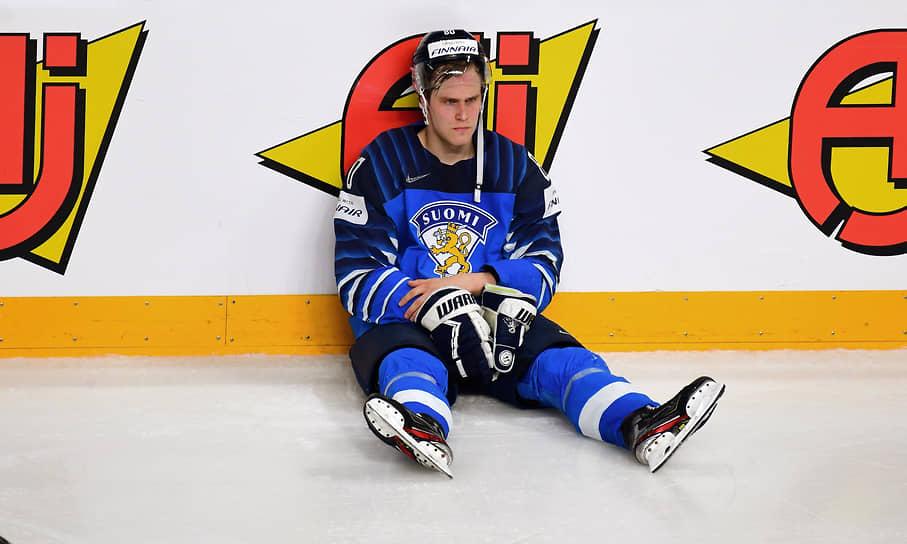Игрок сборной Финляндии Саку Мяэналанен после окончания финального матча