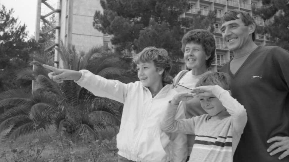 13 октября 1984 года. Грузинская ССР, Абхазская АССР. Отдых бастующих британских горняков и членов их семей в Пицунде по приглашению советских профсоюзов. Семья Вуффиндин из Йоркшира на прогулке