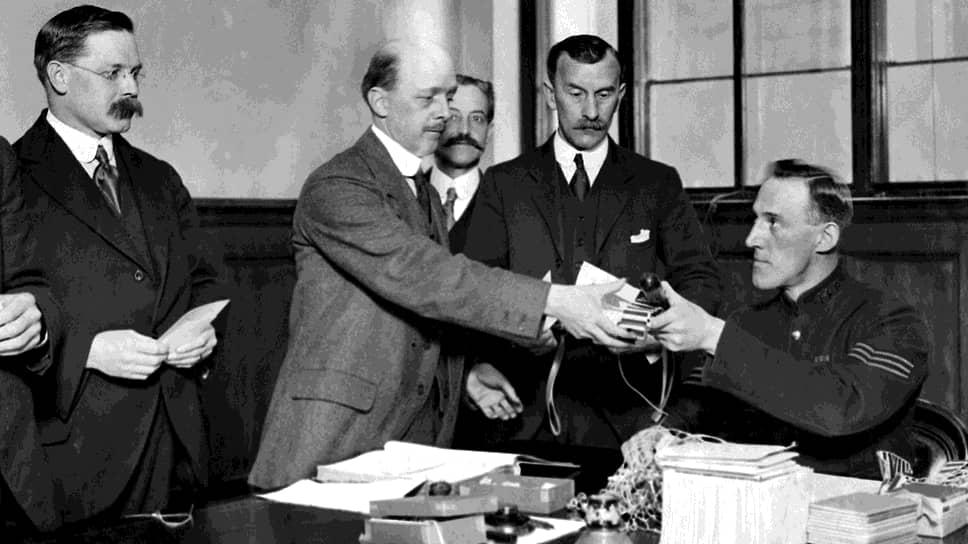 1921 год. Лондон. Жители города, записавшиеся по призыву полиции в специальные констебли, получают нарукавные повязки, дубинки и свистки