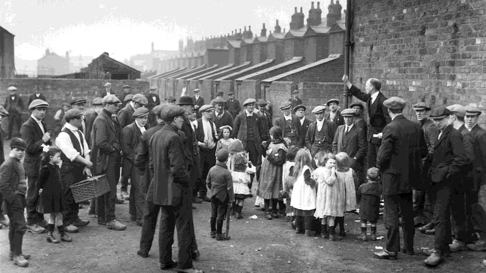 1921 год. Первый день забастовки. Шахтеры и их дети слушают агитатора