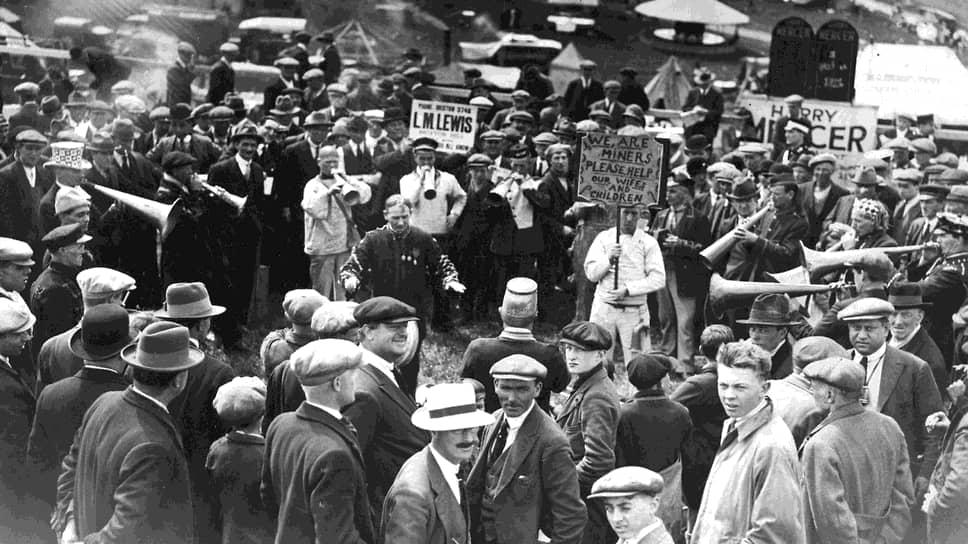 1926 год. Духовой оркестр играет в поддержку бастующих перед игроками, пришедшими на дерби в Эпсоме