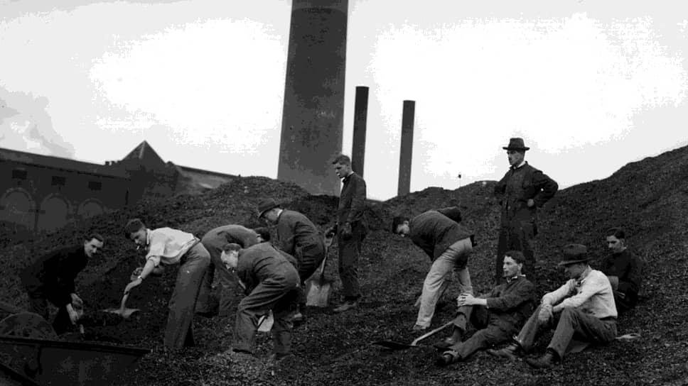 1926 год. Вместо бастующих горняков на шахте работают моряки и студенты