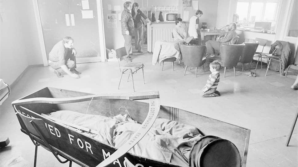 Центр взаимопомощи забастовщиков с шахты «Коттонвуд» в Южном Йоркшире. Шахтеры и члены их семей могли пять дней в неделю получать в центре бесплатный завтрак и ланч. На переднем плане гроб с надписью «Забронировано для Макгрегора». Иен Макгрегор возглавлял Национальное управление угольной промышленности, на этот пост он был назначен лично Маргарет Тэтчер