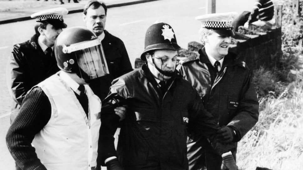«Битва при Оргриве» была самым жестоким столкновением бастующих шахтеров с силами правопорядка во время забастовки 1984–1985 годов. На фото: полицейские эвакуируют с поля боя пострадавшего коллегу