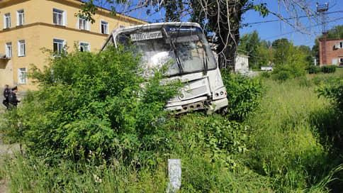 Автобус протаранил ворота  / Шесть человек погибли в аварии с автобусом в Свердловской области