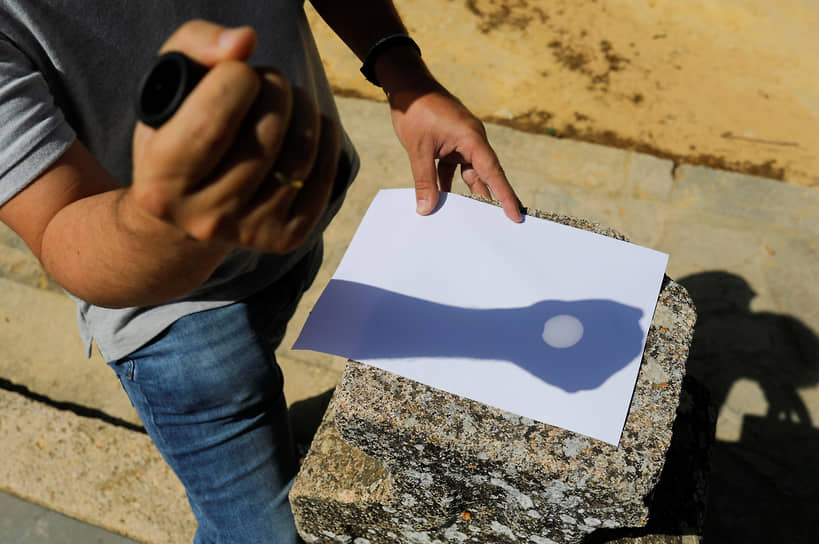 Проекция затмения на бумагу в испанском городе Ронда