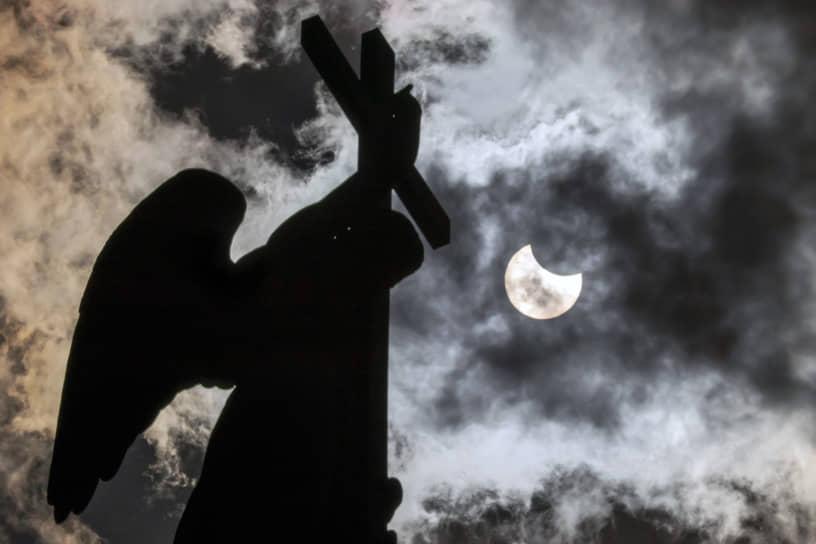 Жители России смогли увидеть кольцеобразное затмение впервые с 1966 года. Полностью Луна закрыла центр звезды над Чукоткой, а в европейской части страны Солнце выглядело как надкушенное яблоко<br> На фото: затмение в Санкт-Петербурге