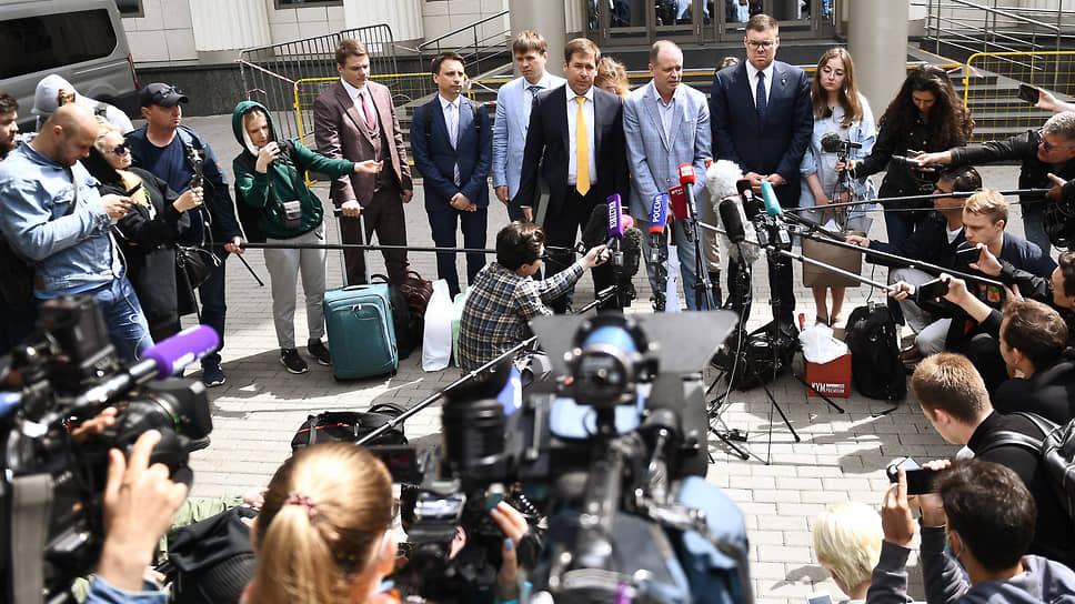 Адвокаты Фонда борьбы с коррупцией во время пресс-конференции у здания суда