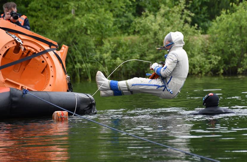 Ногинск, Московская область. Тренировка экипажа МКС по действиям после посадки спускаемого аппарата на воду