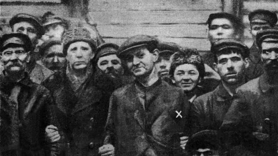 «Рабочие Ленинграда приняли нас как членов своей семьи» (на фото — Дж.Мортон (х) среди работников завода «Красный Путиловец»)