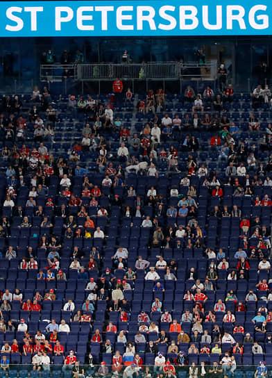 Болельщики на трибуне стадиона в Санкт-Петербурге. На матче присутствовало около 26 тыс. зрителей