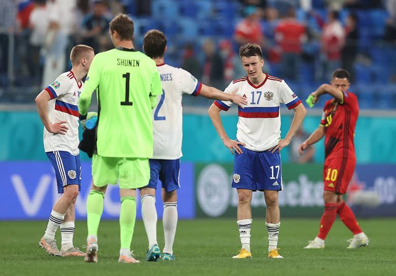 Полузащитник сборной России Александр Головин (второй справа) после поражения от бельгийцев