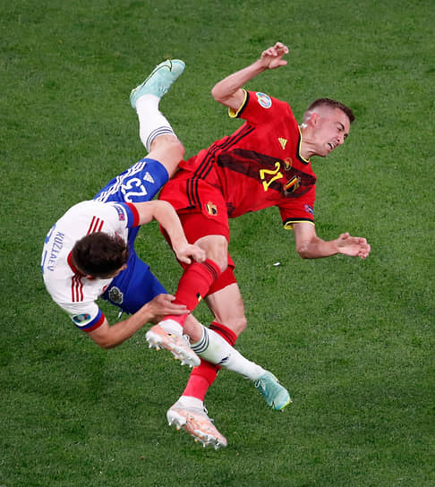 Бельгиец Тимоти Кастань (справа) и российский футболист Далер Кузяев после столкновения головами (на фото) не смогли доиграть матч из-за травм. Оба были заменены в первом тайме