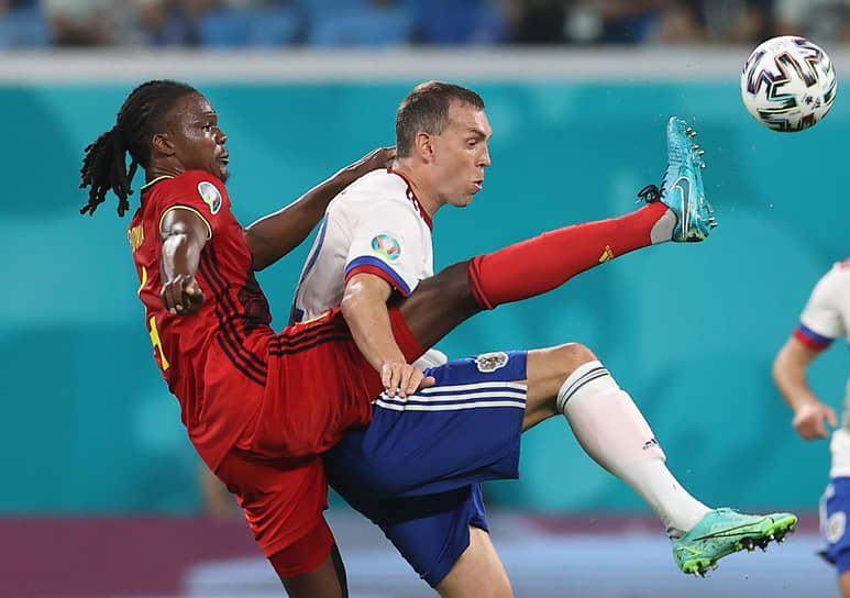Дедрик Бойата (слева) и Артем Дзюба в борьбе за мяч