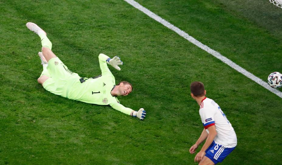 На 34-й минуте матча вратарь россиян Антон Шунин после подачи с фланга отбил мяч в направлении бельгийца Тома Менье, который тут же отправил мяч в сетку ворот сборной России