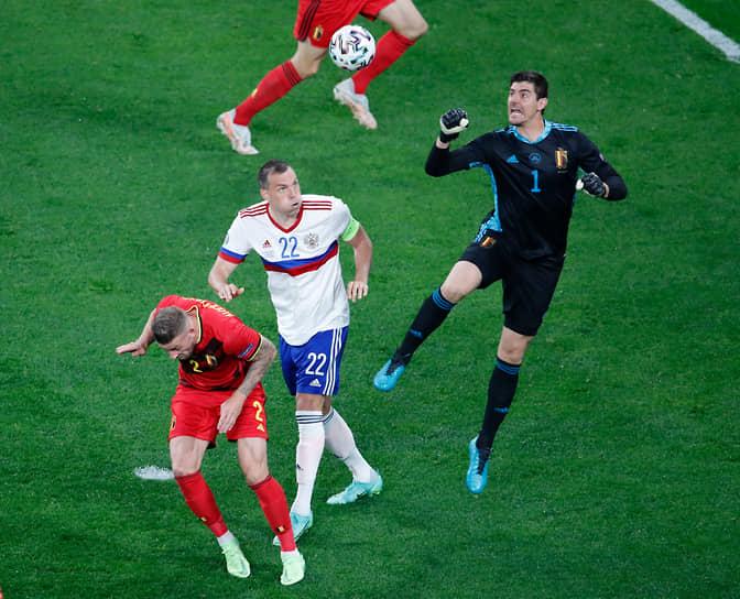 Вратарь бельгийцев Тибо Куртуа выбивает мяч кулаком
