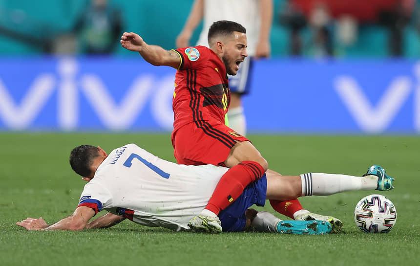 Бельгиец Эден Азар и Магомед Оздоев в борьбе за мяч