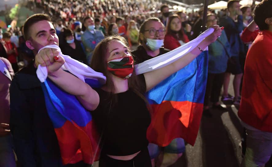 Болельщики сборной России в фан-зоне, организованной в московском олимпийском комплексе «Лужники»