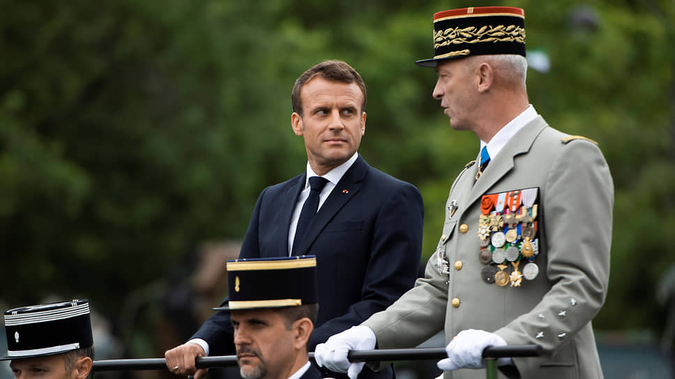 Президент Франции Эмманюэль Макрон (слева) и уходящий глава Генштаба Франции Франсуа Лекуантр
