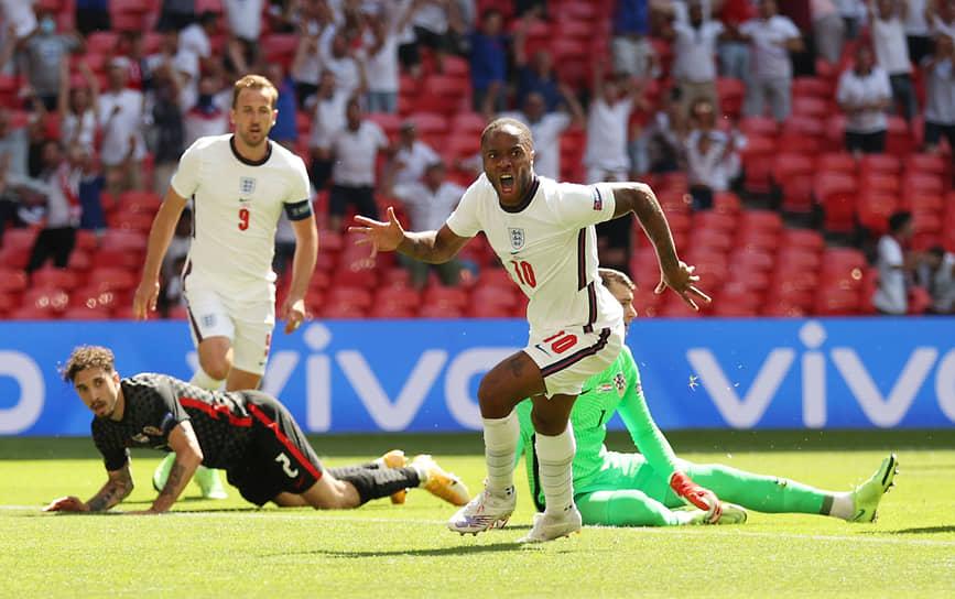Игрок сборной Англии Рахим Стерлинг празднует первый гол в ворота сборной Хорватии