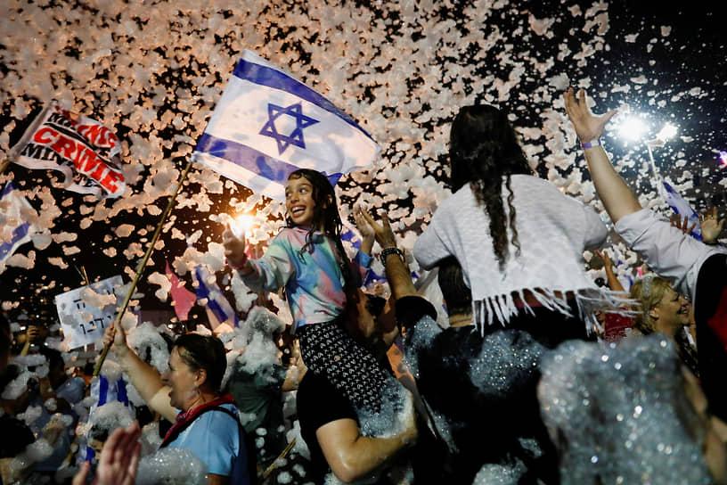 Тель-Авив, Израиль. Люди празднуют смену правительства и вступление в должность нового премьера Нафтали Беннет, пришедшего на смену Биньямину Нетаньяху