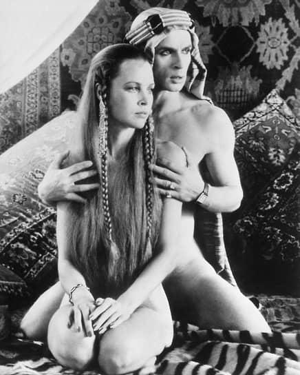 В 1977 году Рудольф Нуреев попробовал себя в игровом кино, исполнив главную роль в картине «Валентино» (кадр из фильма на фото) режиссера Кена Рассела. В 1982 году сыграл в драме «На виду» режиссера Джеймса Тобака