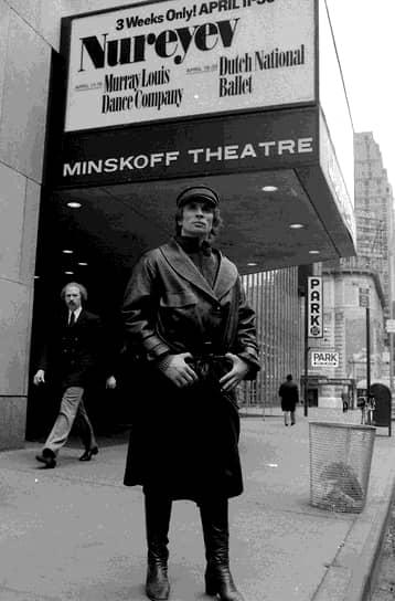 В 1983-1989 годах Рудольф Нуреев занимал должность художественного руководителя балета Парижской Гранд-Опера (с 1989 года — Опера Гарнье)