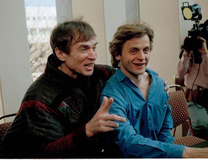 Танцоры Михаил Барышников (справа) и Рудольф Нуреев на пресс-конференции в Нью-Йорке 1 апреля 1986 года. Артисты балета объявили, что впервые за десять лет будут танцевать вместе на благотворительном вечере